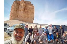 Kisah di Balik Gunung Berbentuk Aneh di Padang Pasir Saudi