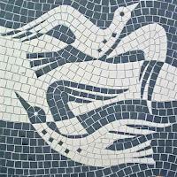 Mozaik parçalarından yapılmış uçan kuşlar