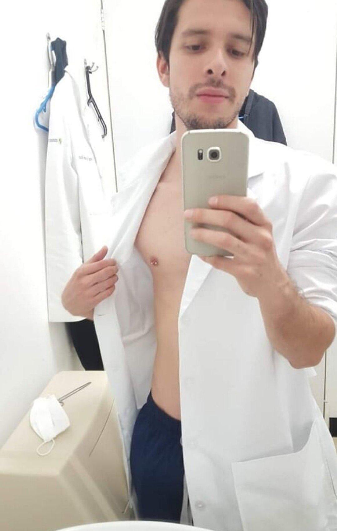 doctor sin camisa