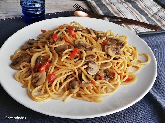 Espaguetis fritos con salsa de soja y champiñones
