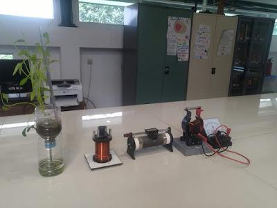 beberapa alat praktikum medan magnet di laboratorium IPA