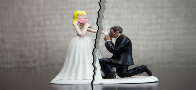 imagens de noivinhos de bolo rasgado deixando noiva de um lado e noivo de outro