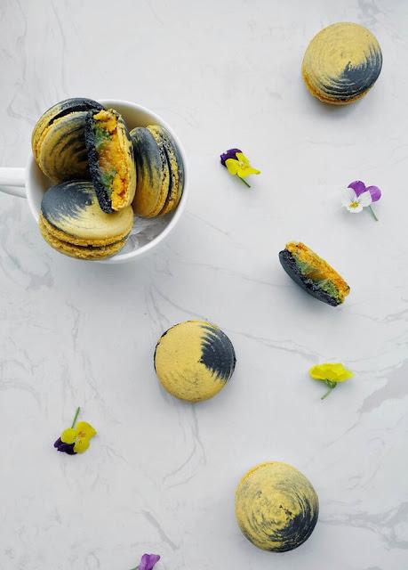 Ai từng làm bánh Macaron sẽ hiểu độ thử thách của món bánh nổi tiếng khó làm này. Bạn sẽ phải lòng ngay từ cái nhìn đầu tiên bởi độ xinh yêu của chiếc bánh Macaron tạo hình mặt trăng cùng ý tưởng kết hợp Đông Tây táo bạo.