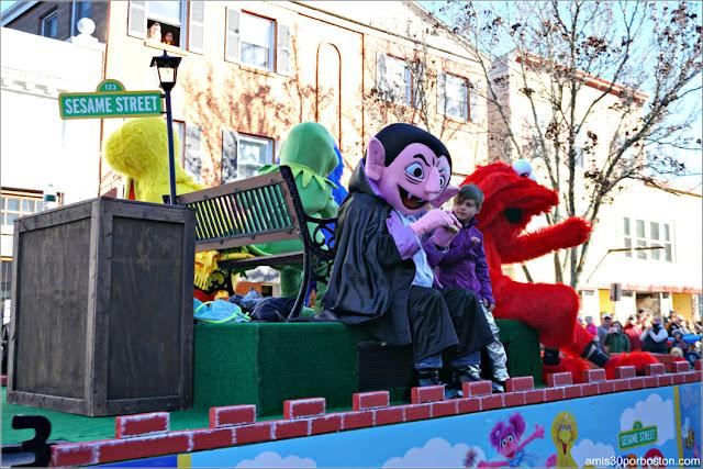 Carroza de Barrio Sésamo en el Desfile de Acción de Gracias de Plymouth