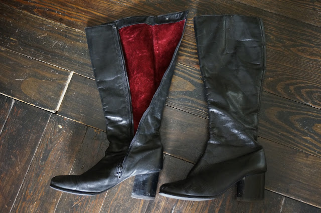 des bottes en cuir noir , doublées en fausse fourrure rouge  70s black gogo boots faux fur red lining