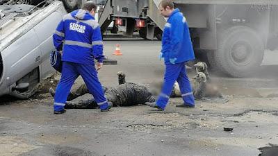 В российском городе Пензе автомобиль провалился в яму с кипятком. В результате происшествия погибли два человека.