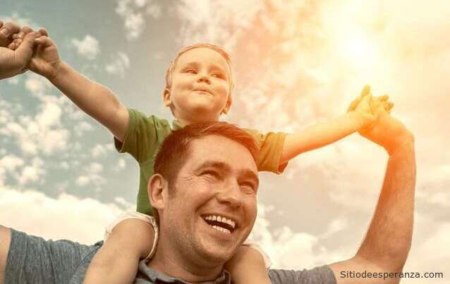Padre cargando a su hijo