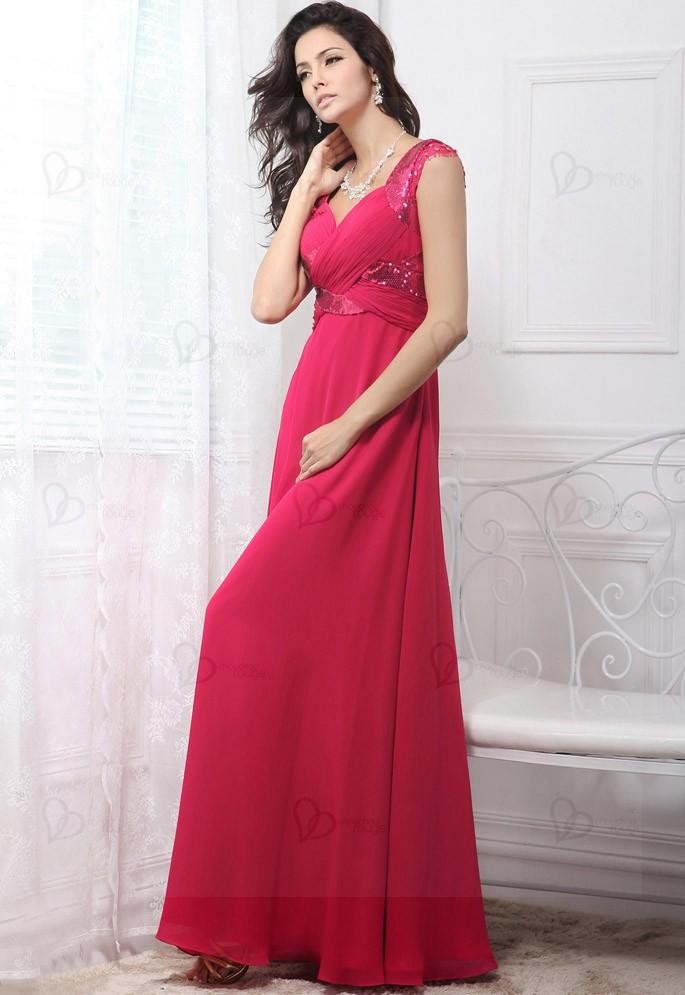 440ee3ce4b3 Robe de soirée rose avec un décolleté en V croisé et drapé. Cet ensemble  lui donne ce look cool et élégant en même temps. De plus