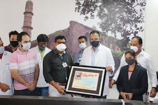 मेट्रो हॉस्पिटल की टीम ने कोविड-19 के बेहतर प्रबंधन के लिए कलेक्टर को किया सम्मानित