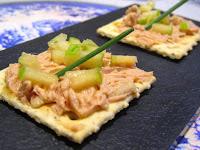 Galleta Cracker sobre paté de perdiz con trufa, manzana verde y cebollino