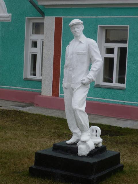 Станция Чулымская, скульптура возле вокзала