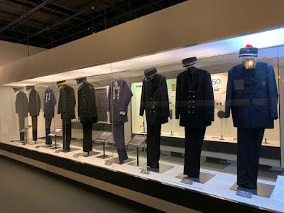 職員制服の展示