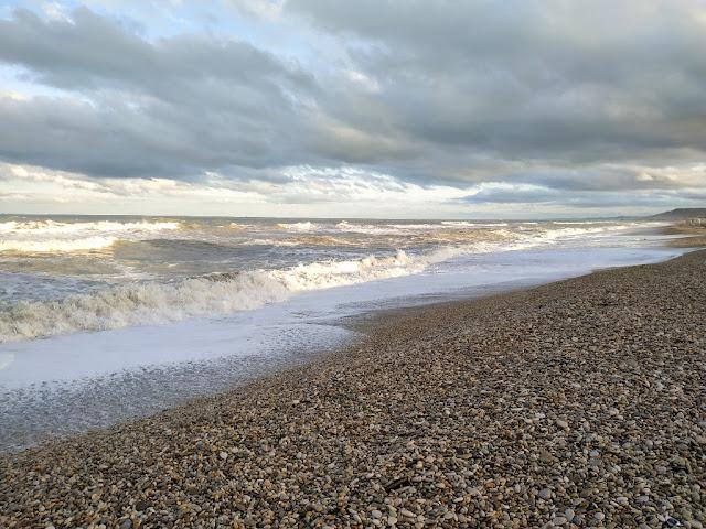 Spiaggia con mare mosso della frazione di Scerne Comune di Pineto immagine della Spiaggia ghiaiosa a Novemnre 2019 Scerne