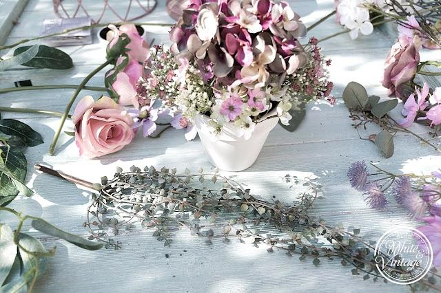 Blumengesteck aus Kunstblumen selber machen