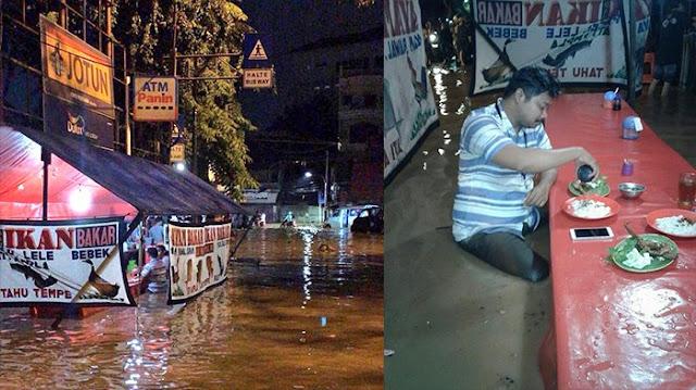 Terungkap Identitas Mas-mas Yang Dengan Santainya Makan di Warung Pecel Lele yang Sudah Direndam Banjir