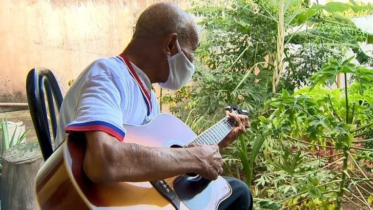 Abuelo de 102 años de edad vuelve a estudiar primaria