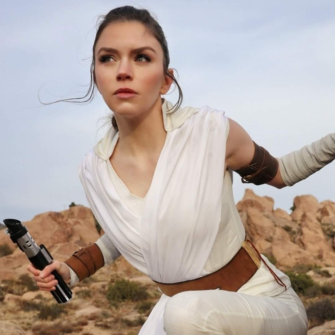 Rey from The Rise of Skywalker Cosplay by Armored Heart Cosplay :「スター・ウォーズ」の完結編「ザ・ライズ・オブ・スカイウォーカー」のデイジー・リドリーかと一瞬、見間違えそうになるコスプレ ! !