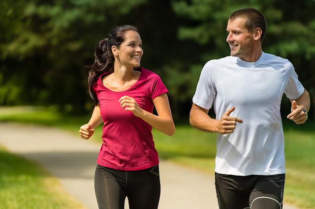 """Perder barriga, naturalmente, já não é fácil. Acontece que o nosso corpo """"se esqueceu"""" que já estamos quase em 2016 e que ele não precisa mais ficar estocando gordura eternamente para temporadas de poucos alimentos"""