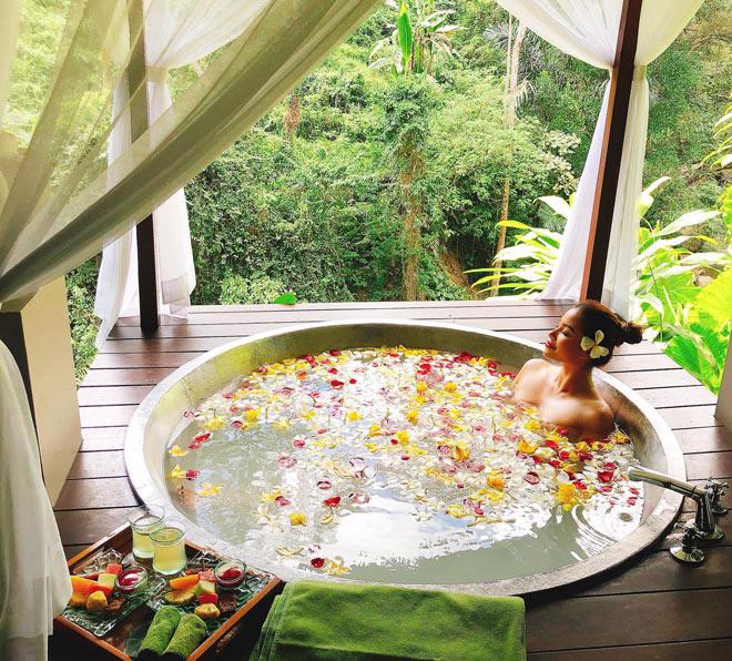 Cách tạo dáng tinh tế trong bồn tắm của các người đẹp Việt - Ảnh 2
