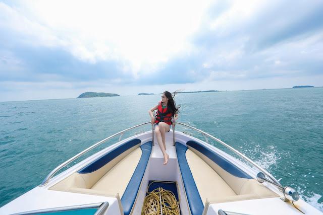 Hòn Thơm nằm phía Nam đảo Phú Quốc, là một xã đảo thuộc quần đảo An Thới, là đảo chính và cũng là đảo đẹp nhất. Nếu du lịch Phú Quốc mà chỉ dừng lại vui chơi ở thị trấn Dương Đông hay phía Bắc đảo thì vẫn chưa gọi là khám phá hết điều tuyệt vời của thiên đường Phú Quốc.