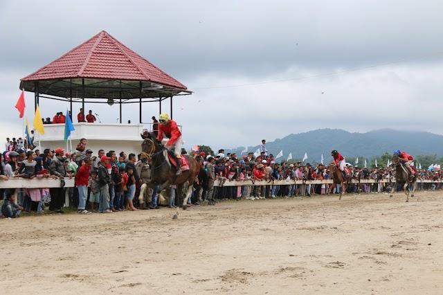 Pacu Kuda Terbuka Dibanjiri Penonton