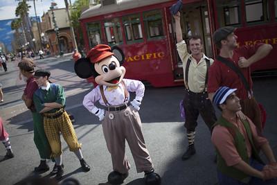 Actores disfrazados en Disneyland