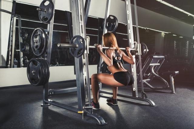 Squats avec la machine (machine squat)