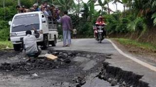 Kerusakan jalan akibat pergerakan tanah
