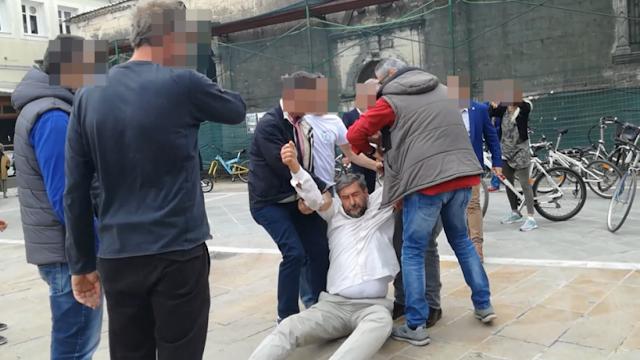 Λευκάδα: Μέλη της ασφάλειας έσυραν διαδηλωτή για να μην πλησιάσει τον Τσίπρα
