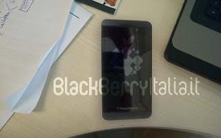 Durante la presentación del iPhone 5, entre otras características, Apple reveló la resolución de pantalla del iPhone 5. A pesar del uso de una pantalla retina, la resolución sólo será de 1136 x 640 a 326 PPI mientras que la esperada en la BlackBerry 10 será muy superior. Sabemos con certeza que el nuevo smartphone BlackBerry 10 de RIM tendrá una resolución de pantalla muy alta de 1280 x 768 a 356 PPI en la BlackBerry Dev Alpha y de 1280 x 720 en la BlackBerry London y Liverpool. Muchos de los contenidos en HD tienen una resolución de 720p