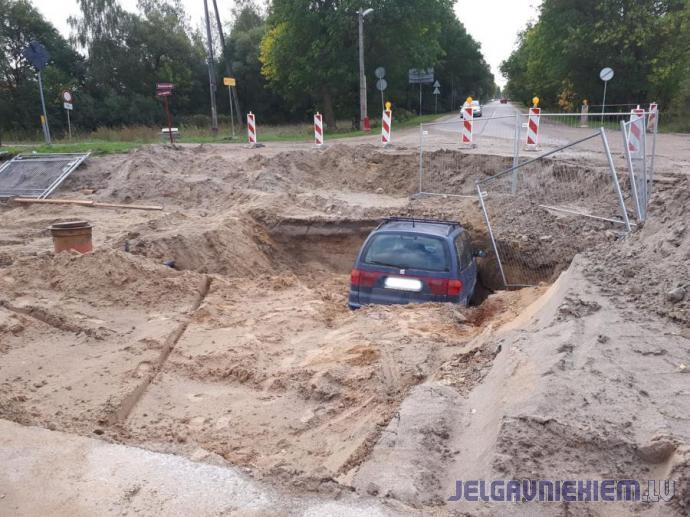 auto iebrauc celtniecības bedrē