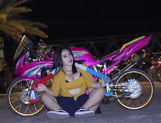 Modifikasi Ninja pink plus model cakep duduk bersama bunga thailook