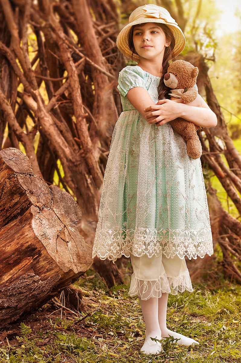 девочка в шляпке с плюшевым мишкой