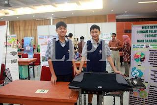 14. Yoseferio Murti Gunawan dan Jerremy Michael Lee dari SMP Tunas Daud dengan  Judul Karya Meja Seterika Dengan Pelipat Baju Otomatis dari Barang Bekas