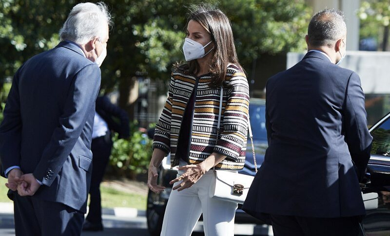 Queen Letizia wore a print jacket and sweater and pumps from Uterqüe, and white trousers from Massimo Dutti. Furla handbags, shoulder bag