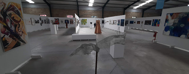 pavilhão com obras de arte