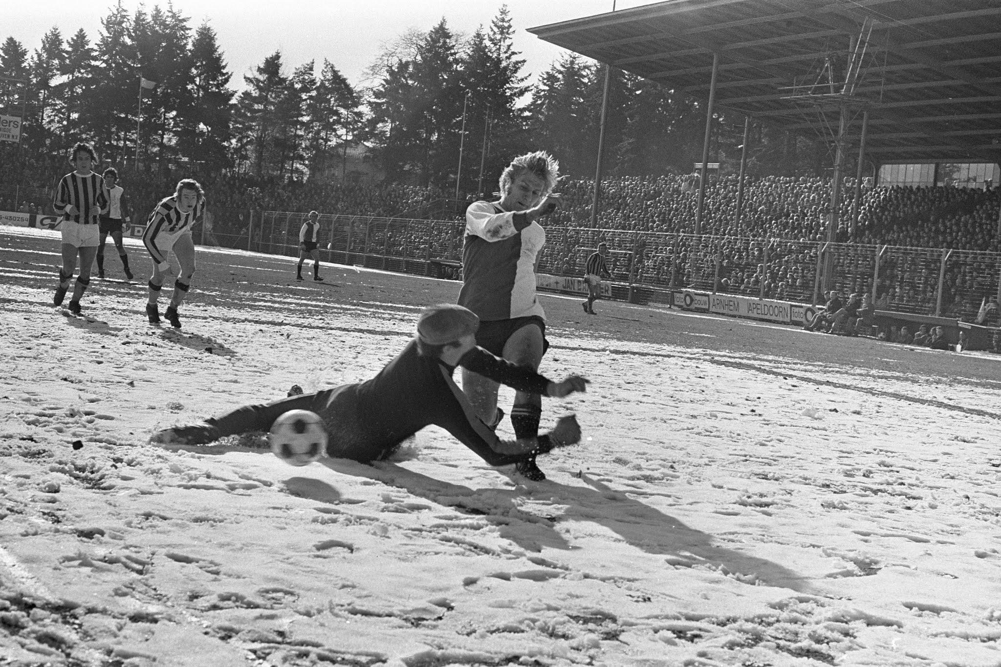 Jan Boskamp (Feyenoord) verschalkt Gert Bals (Vitesse)