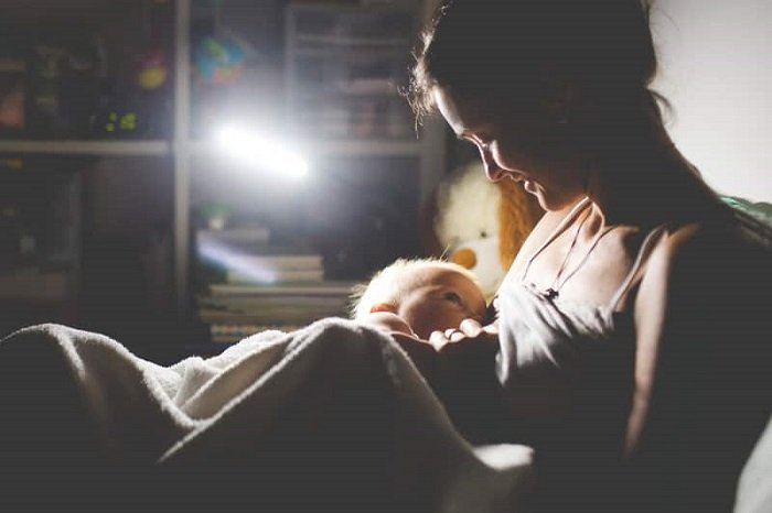 Các mẹ cho con bú đêm thì lưu ý 6 điều bên dưới nhé