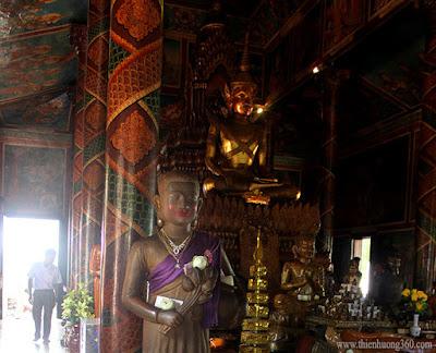 Bên trong chùa bà Pênh có thờ Phật, Khổng Tử, và thờ thần Vishnu