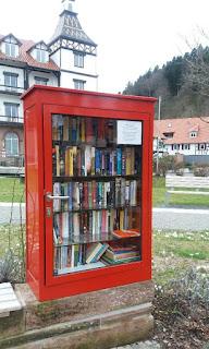 Bücherschrank in Bad Herrenalb - Ansicht kompletter Schrank vor Posthotel