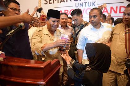 Terlihat raut wajah Bapak Prabowo Memerah tidak dapat Menyembunyikan Rasa Harunya, saat menerima celengan Gendis