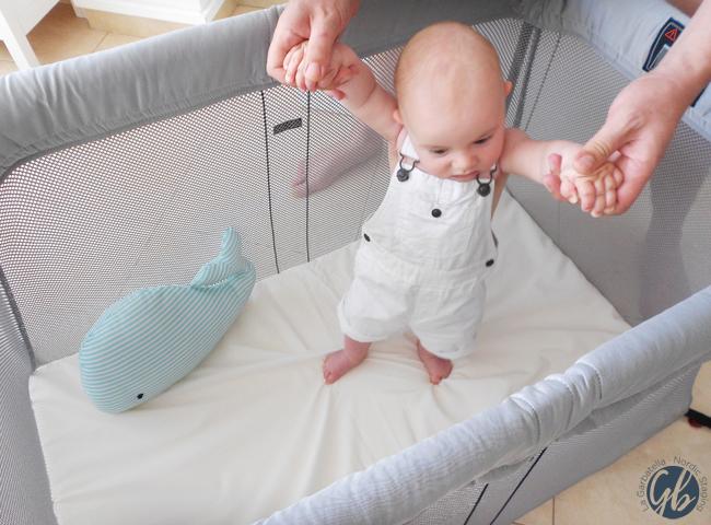 Martín y su cuna de viaje Light de BabyBjörn