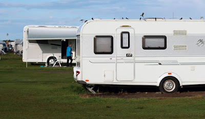 Husvagnar på rad på campngplats