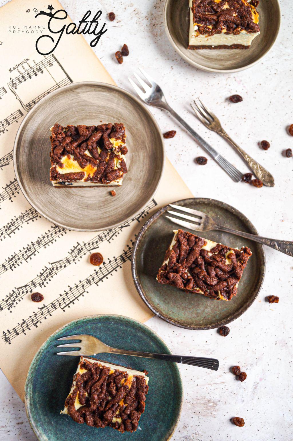 bialo-brazowe-ciasto-na-talerzu