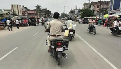 बिना हेलमेट के पुलिस अधिकारी