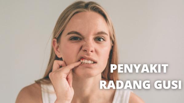 Penyakit Radang Gusi : Pengertian, Gejala, Penyebab dan Faktor Risiko Pada Tubuh Manusia Pengertian Radang Gusi Radang gusi atau gingivitis adalah inflamasi atau peradangan yang terjadi pada gusi. Sebagian besar kasus radang gusi termasuk kondisi yang ringan hingga menengah, tetapi sebaiknya diobati sesegera mungkin.  Radang gusi yang dibiarkan begitu saja berpotensi berkembang menjadi periodontitis. Komplikasi yang serius ini merupakan inflamasi pada jaringan dalam gusi dan tulang yang umumnya berujung pada gigi yang tanggal.  Gejala Radang Gusi Penyakit ini jarang menyebabkan rasa sakit sehingga sering tidak disadari oleh penderitanya. Karena itu, kita sebaliknya mewaspadai beberapa gejala umum yang dapat terjadi. Di antaranya adalah : Gusi yang bengkak Perubahan warna gusi menjadi merah Gusi yang rentan mengalami pendarahan, misalnya saat menyikat gigi Bau mulut  Penyebab dan Faktor Risiko Radang Gusi Penyebab Penyebab utama radang gusi atau gingivititis adalah penumpukan plak. Plak terbentuk dari kumpulan bakteri dan sisa-sisa makanan yang menempel pada permukaan gigi. Lapisan tidak kasat mata tersebut biasanya akan hilang dengan menyikat gigi.   Tetapi jika dibiarkan menempel di gigi selama lebih dari 48 jam, plak dapat mengeras dan membentuk karang gigi yang hanya bisa dibersihkan oleh dokter gigi.  Faktor Risiko Radang gusi bisa dialami oleh siapa saja. Berikut ini beberapa faktor yang meningkatkan risiko seseorang untuk terkena penyakit ini : Kesehatan mulut yang tidak terjaga, misalnya kerena malas menyikat gigi Merokok atau menggunakan tembakau dalam bentuk lain, misalnya tembakau kunyah. Kebiasaan ini akan menyebabkan jaringan gusi sulit untuk beregenerasi. Gigi palsu dengan ukuran yang tidak pas Kekurangan nutrisi Mengidap diabetes, penyakit ini dapat meningkatkan risiko infeksi Pengaruh usia Infeksi akibat jamur dan virus tertentu Memiliki sistem kekebalan tubuh yang menurun, misalnya karena HIV atau kemoterapi Perubahan hormon, misalnya pada masa puber