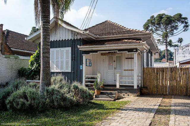 Casa de madeira na Rua Mateus Leme