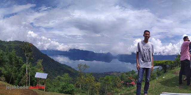 Puncak Lawang dengan latar Danau Maninjau