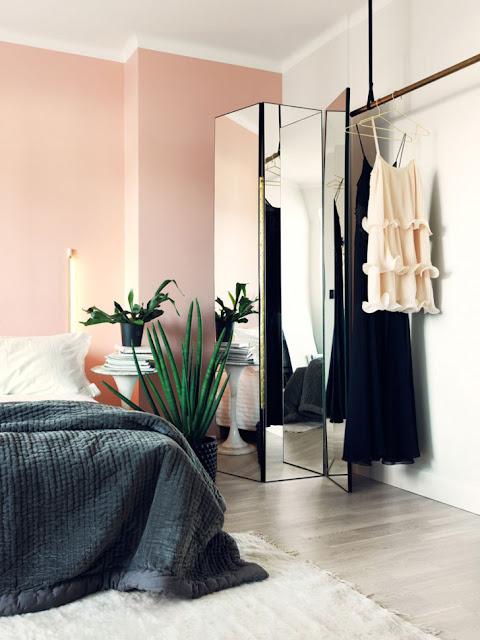 dormitor cu pereți roz
