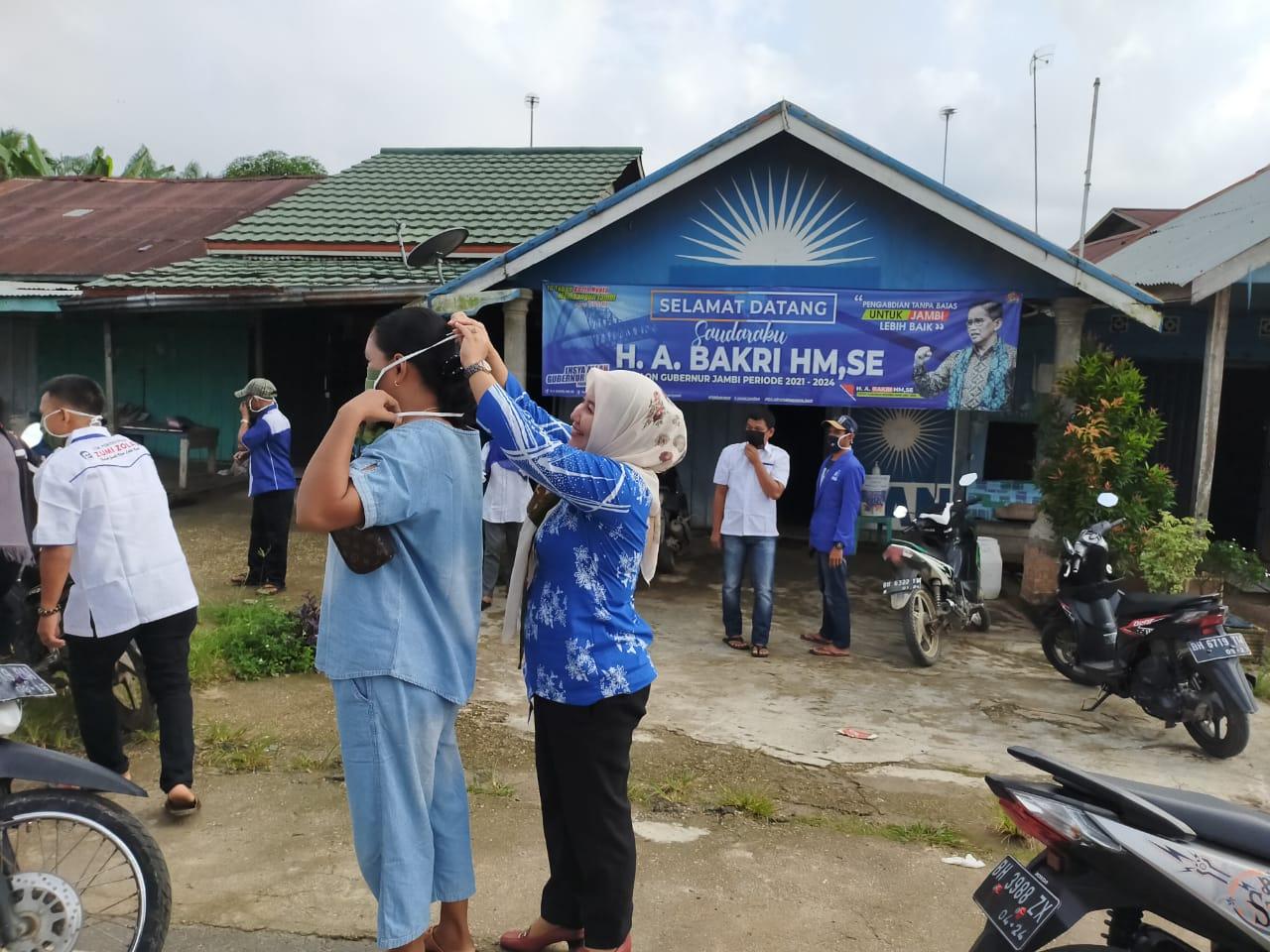 Hj. Tri Astuti Handayani Bagi-Bagi Masker, Drum Pencuci Tangan dan Sabun di Menhul